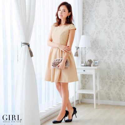 画像:ベージュのドレス