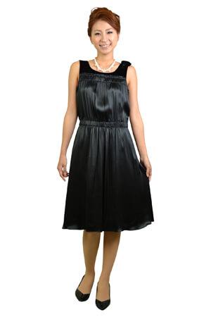 画像:光沢のある黒いドレス