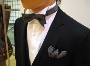 ウイングカラーシャツと蝶ネクタイ