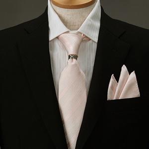 ピンクのポケットチーフのコーディネート