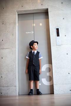 画像:夏に適した男の子のフォーマル服