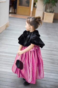 画像:冬に適した女の子のフォーマル服