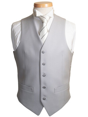 結婚式のスーツの着こなしにベストをプラス!色は黒でも大丈夫