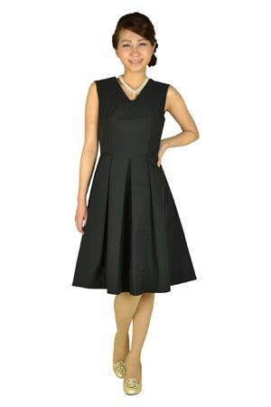 画像:黒のVネックノースリーブドレス