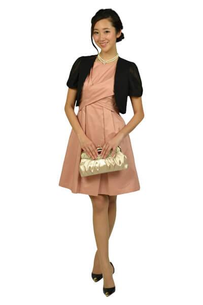 画像:ピンクベージュのタックドレス&黒ボレロ