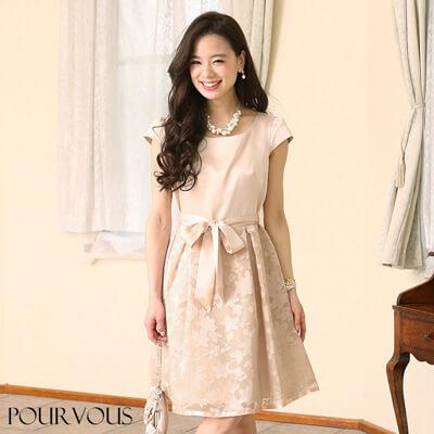 画像:ピンクベージュのドレス
